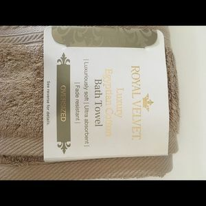Royal Velvet  luxury egyptian cotton bath towel.